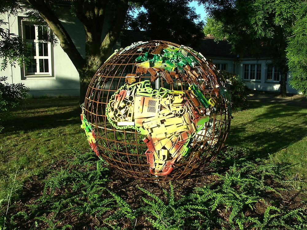 Schulprojekt Weltkugel, Carl-Diercke-Schule Kyritz, Schüler bauen Kunst im öffentlichen Raum