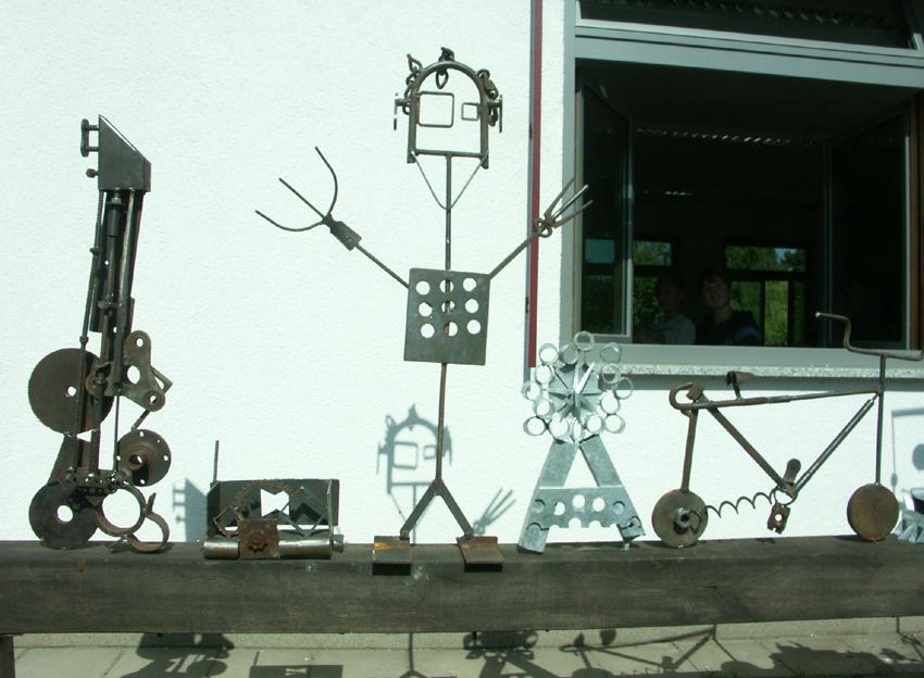 Skulpturenwerkstatt Gedike Schule, Ausstellung, Schülerinnen und Schüler komponieren Metallskulpturen nach eigenen Entwürfen