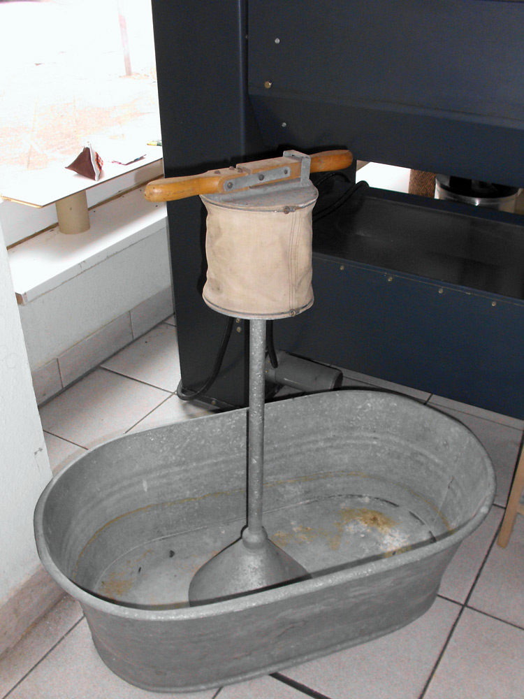 künstlerische Installation Waschzettel: manuelles Waschen, Leihgabe aus der Bevölkerung