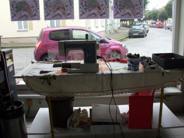 """künstlerische Installation Waschzettel: Blick vom Arbeitsplatz """"Frau Windschief"""" nach draußen"""