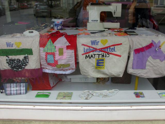"""künstlerische Installation Waschzettel: Blick von außen auf d. Arbeitsplatz """"Frau Windschief"""""""