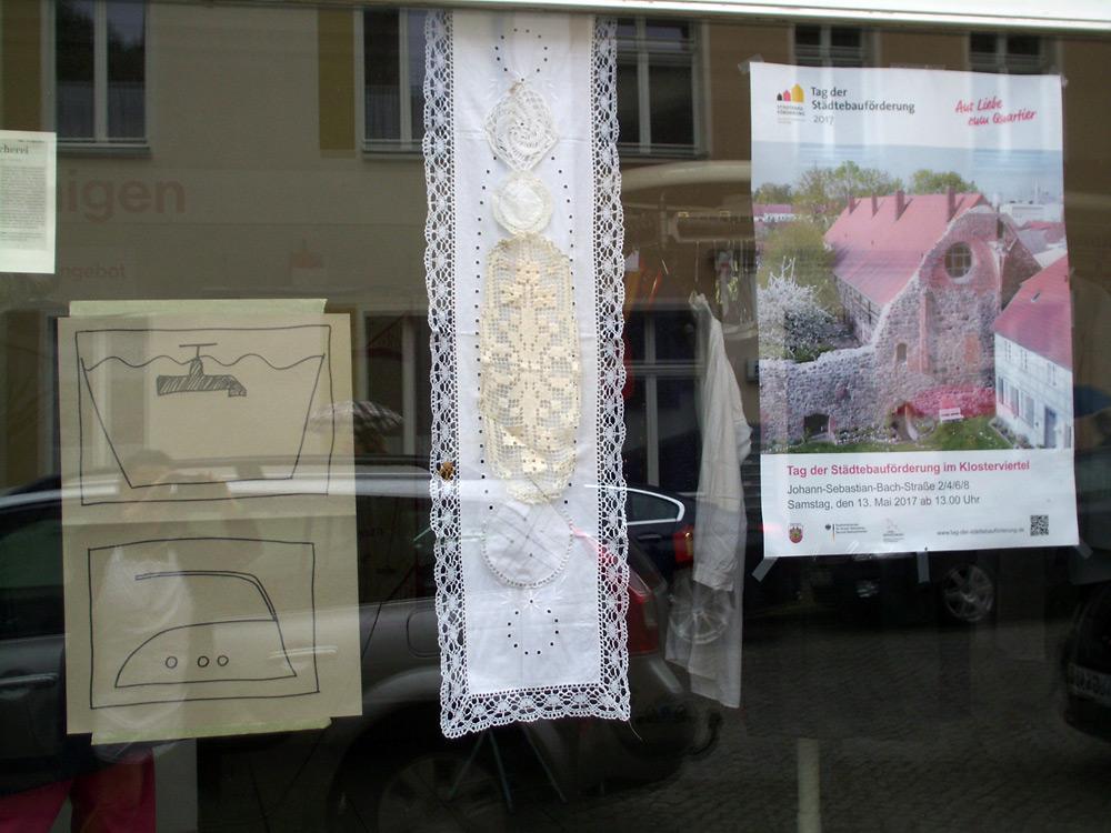 künstlerische Installation Waschzettel: Schaufenster: Spitzen-Spende aus der Bevölkerung