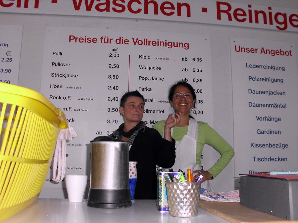 ünstlerische Installation Waschzettel: Katja Martin + Frau Windschief am Thresen der Wäscherei